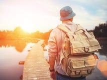 Voyageur marchant au-dessus du pont en bois Images stock