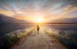 Voyageur marchant le long de la route aux montagnes photo stock