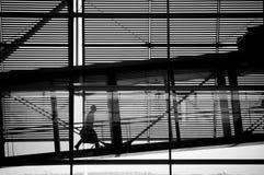Voyageur marchant sur la piste d'aéroport Image stock