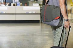 Voyageur masculin avec le bagage dans le lobby Photographie stock