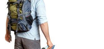 Voyageur masculin méconnaissable avec un sac à dos examinant la distance, vue arrière d'isolement Concept de destination d'aventu photo stock