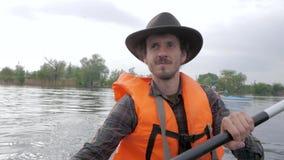 Voyageur masculin sur le kayak banque de vidéos