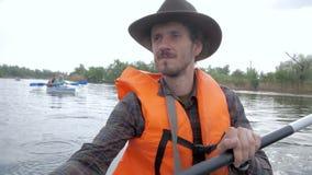 Voyageur masculin sur le kayak clips vidéos