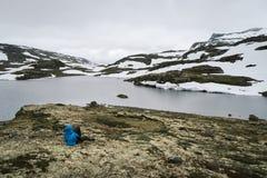 Voyageur près de lac de montagne en Norvège, rou scénique d'Aurlandsfjellet Photos stock