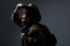 Voyageur réfléchi dans un chapeau regardant au côté. Photographie stock libre de droits