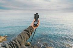 Voyageur recherchant la direction avec une boussole Photo stock