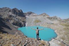 Voyageur regardant fixement le lac photos stock