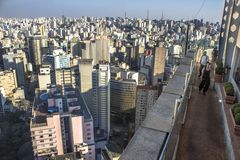 Voyageur regardant sur une grande ville images stock