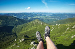 Voyageur se reposant sur un plateau de montagne Images libres de droits