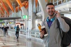 Voyageur souriant appelant de l'aéroport Images libres de droits
