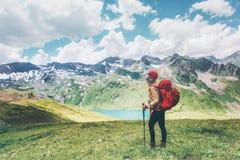 Voyageur trimardant en montagnes appréciant des vacances d'été heureuses d'émotions de concept d'aventure de mode de vie de voyag image libre de droits
