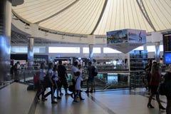 Voyageurs à l'aéroport d'Antalya - juillet 2017 Photo stock