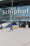 Voyageurs à l'aéroport de Schiphol, Amsterdam, Pays-Bas Image libre de droits