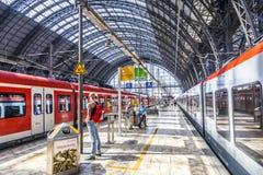 Voyageurs à l'intérieur du titre ou du leavin central de station de Francfort Photo stock