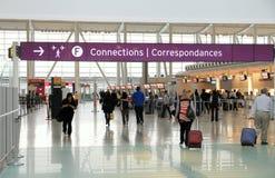 Voyageurs à Toronto Pearson Airport Image stock