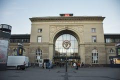 Voyageurs allemands de personnes et d'étranger marchant dedans et à la gare ferroviaire de Mannheim Hauptbahnhof Photos stock