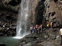 Voyageurs appréciant près de la cascade à écriture ligne par ligne image libre de droits