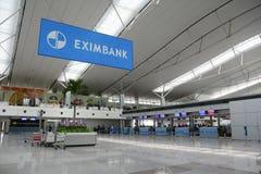 Voyageurs asiatiques sur le terminal de départ dans l'aéroport Photos stock