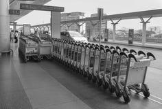 Voyageurs asiatiques sur le terminal de départ dans l'aéroport Photo stock