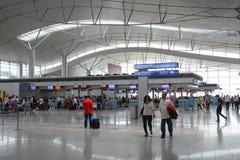 Voyageurs asiatiques sur le terminal de départ dans l'aéroport Image stock