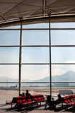 Voyageurs attendant à l'aéroport Images libres de droits