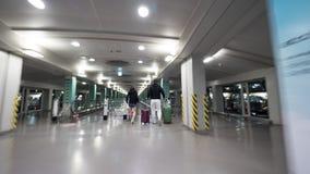 Voyageurs avec des bagages marchant à l'escalator plat à l'aéroport de Séoul Photographie stock