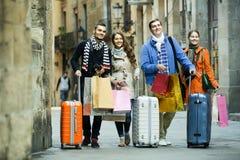 Voyageurs avec des paniers sur la rue Images stock
