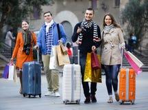 Voyageurs avec des paniers sur la rue Photo libre de droits