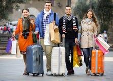Voyageurs avec des paniers sur la rue Photographie stock libre de droits