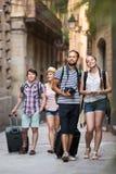 Voyageurs avec la marche de sacs de voyage Photos libres de droits