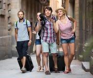Voyageurs avec la marche de sacs de voyage Photos stock