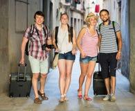 Voyageurs avec la marche de sacs de voyage Images libres de droits