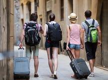 Voyageurs avec la marche de sacs de voyage Photographie stock