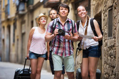 Voyageurs avec la marche de sacs de voyage Images stock