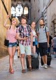 Voyageurs avec la marche de sacs de voyage Photographie stock libre de droits
