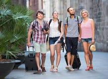 Voyageurs avec la marche de sacs de voyage Image stock