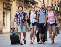 Voyageurs avec la marche de sacs de voyage Photo libre de droits