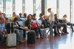 Voyageurs avec leur bagage à l'aéroport Image libre de droits