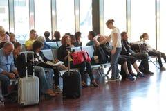 Voyageurs avec leur bagage à l'aéroport Image stock