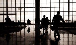 Voyageurs d'affaires au concept de précipitation d'aéroport Photos libres de droits