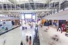 Voyageurs dans Hong Kong International Airport Photos stock