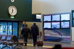 Voyageurs dans l'aéroport Images libres de droits
