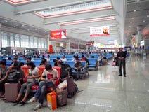 Voyageurs dans la gare de grande vitesse de Guiyang Images libres de droits