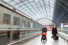 Voyageurs dans la gare ferroviaire de Londres Photos libres de droits