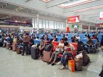 Voyageurs dans le rail à grande vitesse de la station de Guiyang Photos libres de droits