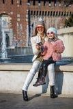 Voyageurs de mère et de fille prenant la photo avec l'appareil photo numérique Images libres de droits