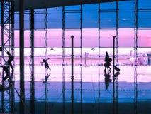 Voyageurs de marche de hall de terminal d'aéroport Photos libres de droits