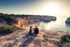 Voyageurs de meilleurs amis s'asseyant aux falaises au Portugal Images libres de droits