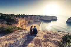 Voyageurs de meilleurs amis s'asseyant aux falaises au Portugal photographie stock libre de droits
