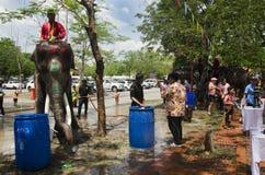 Voyageurs de personnes thaïlandaises et d'étranger jouant et éclaboussant l'eau des éléphants et des personnes dans le festival d Photos stock